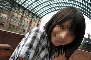 20歳の釣り鐘おっぱい女子大生が屋外のカフェで笑顔でいる様子